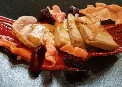 Tataky de bonito sobre salmorejo de remolacha