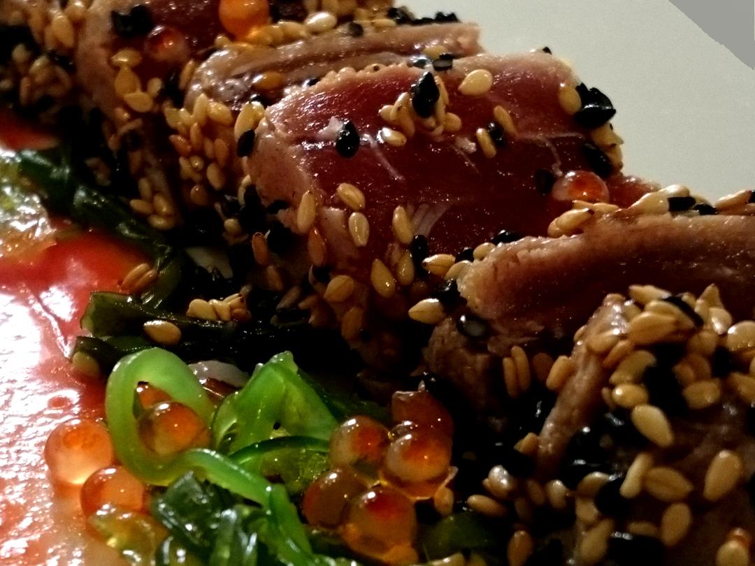 Tataky de atún rojo en costra de ajonjolí sobre base de salmorejo de remolacha